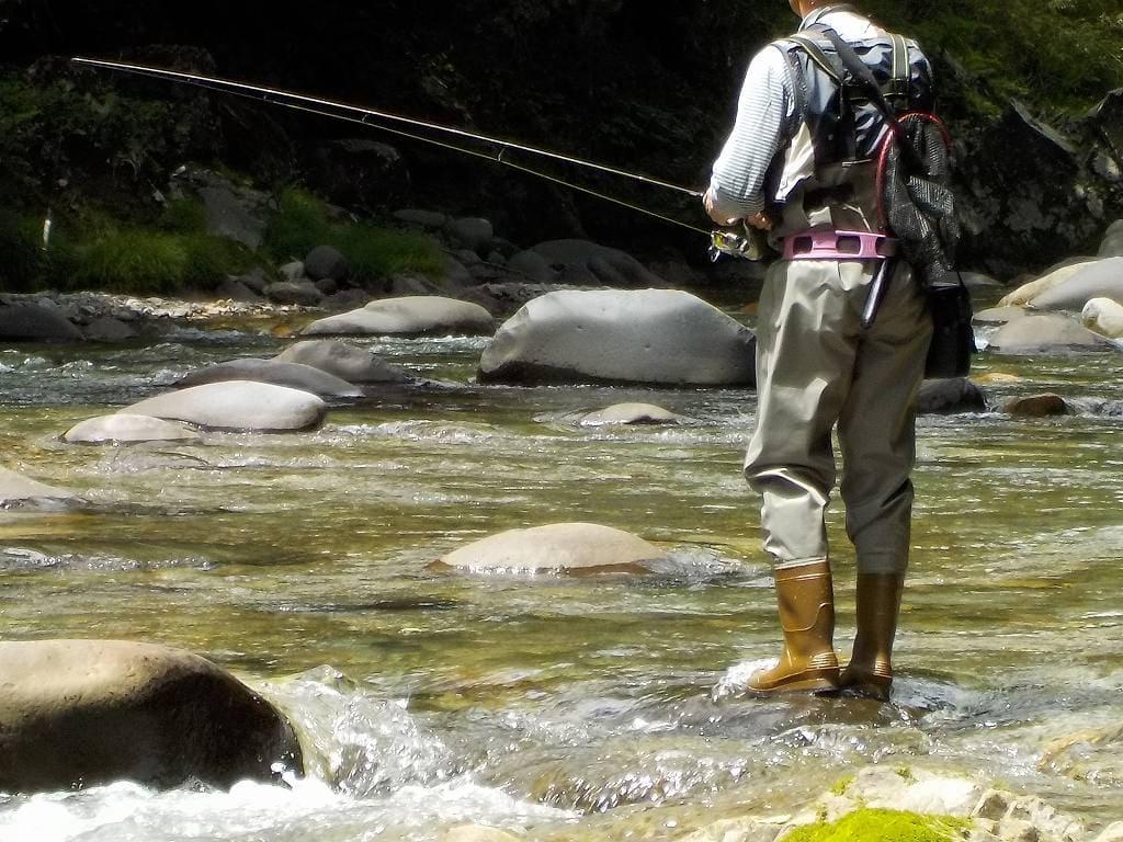 渓流釣りを始めるなら必ず揃えておきたい服装と、川釣りの心構えについて