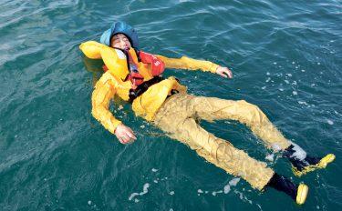 実際海に落ちたらどうなるか。ライフジャケットの効用を確かめてみた。
