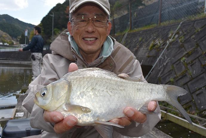 15尺ウドン釣りで35cmヘラブナ【大阪・フィッシングセンター竹の内】