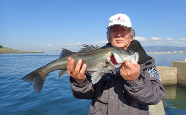 エビまき釣り名手に密着 食い渋り攻略で55cm頭に3尾【大阪北港】
