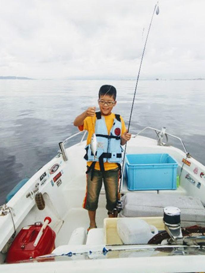 マイボートでのサビキ釣りでアジ&ツバスなど五目釣果【大阪・泉佐野】