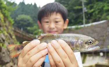 ファミリーでニジマス釣り&BBQを満喫!【奈良県・井氷鹿の里】
