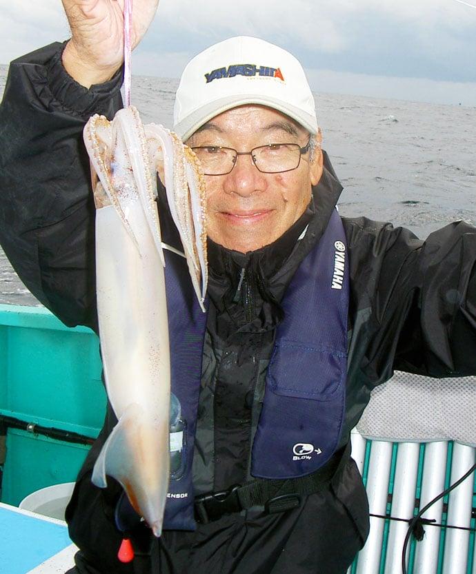 胴突きスルメイカ釣りで43㎝頭16尾 メリハリある誘いが吉【喜美丸】