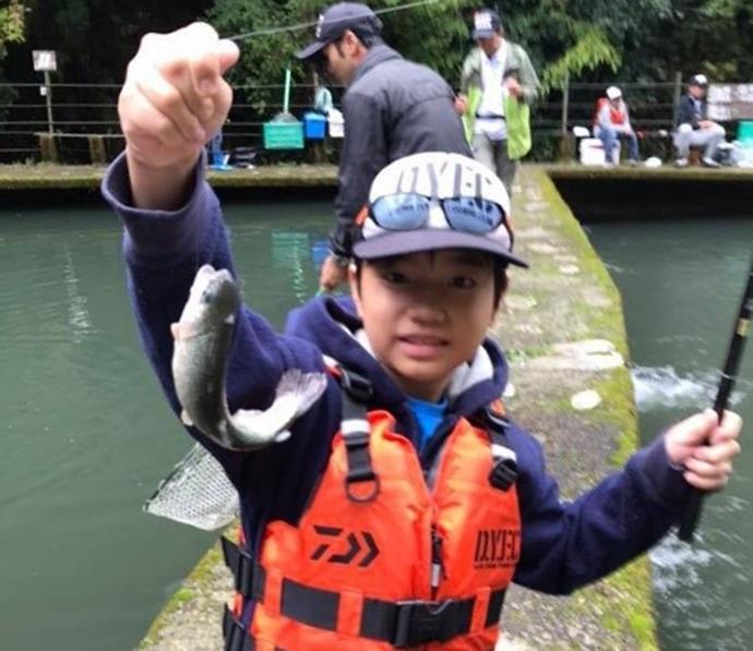 『DYFC』マス釣りスクールを取材 全員安打で笑顔【千早川マス釣り場】