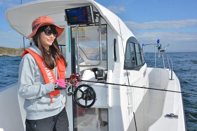 晴山由梨がレンタルボートで秋のジギング満喫 イナダ&アカハタ手中に