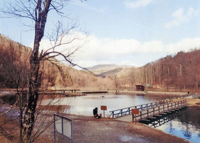 冬季営業管釣りでニジマスと対面 赤系スプーンがアタリ【平谷湖FS】