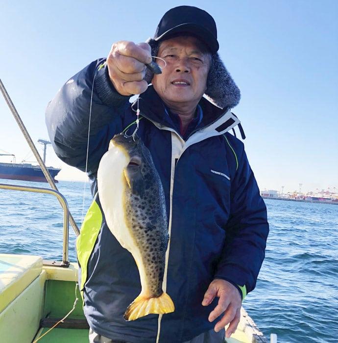 東京湾カットウ釣りで竿頭 38cm頭に良型ヒガンフグ15尾【新明丸】