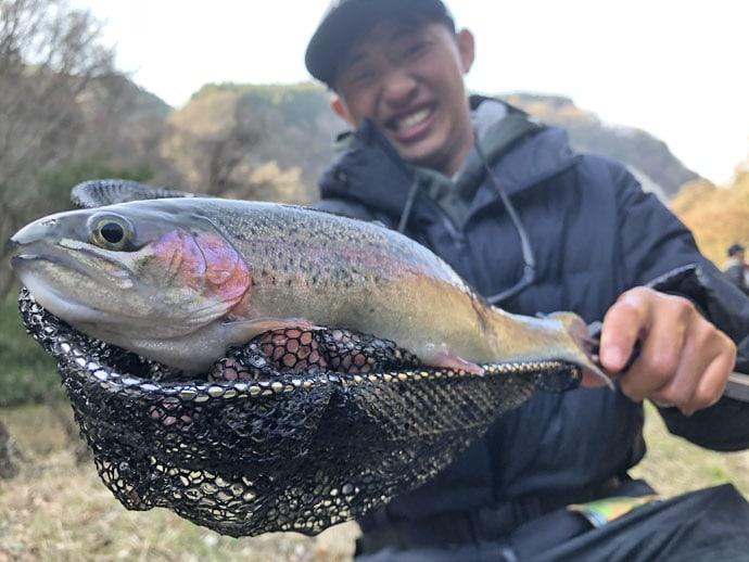 釣り場で作成した『フライ』でニジマス連発【九重フィッシングリゾート】
