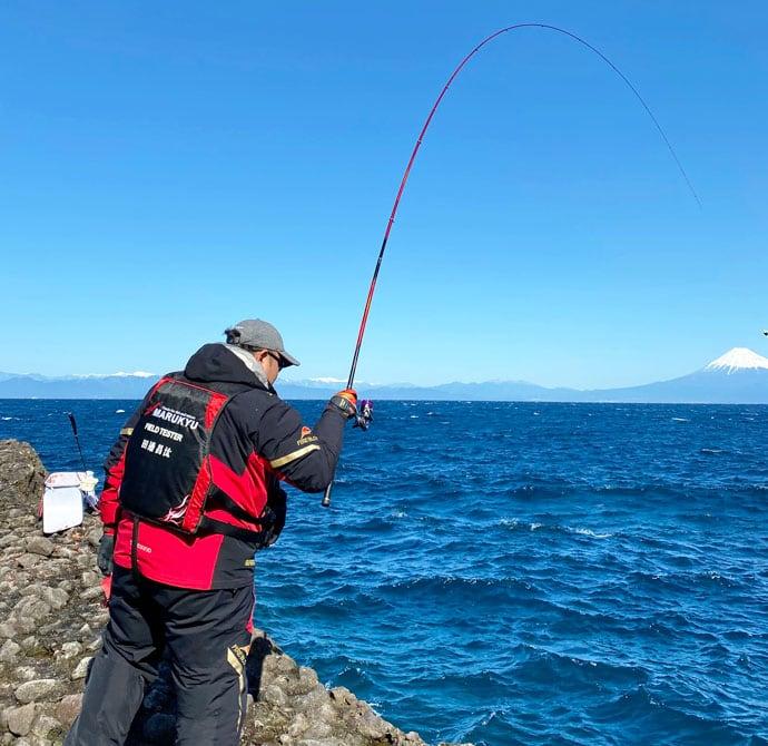磯フカセ釣りで43cm頭に良型メジナ18尾を手中【西伊豆・田子】