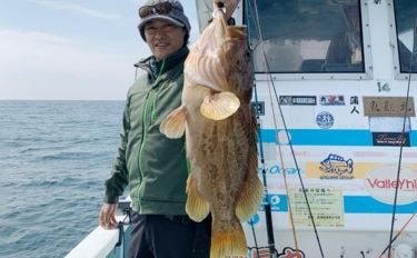 近海ビッグゲーム豪快 イワシ泳がせで8kg超ホウキハタにクエ【魚勘丸】