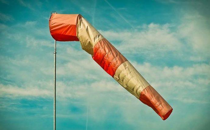 夏の海岸線は向かい風が吹きやすい? 「海陸風」の正体と原因を解説