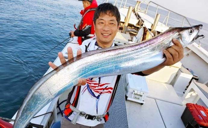 【大分・熊本】沖釣り最新釣果 指9本級『神龍』タチウオ堂々顔出し