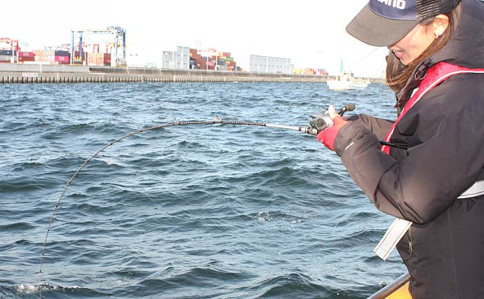 ジギングタチウオで指5本級手中 時合いには数釣り満喫【渡辺釣船店】