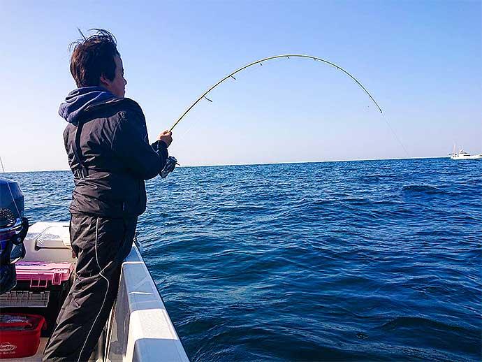 親子ジギング釣行でヤズ8尾手中 ベイトはタチウオ?【山口・防府】