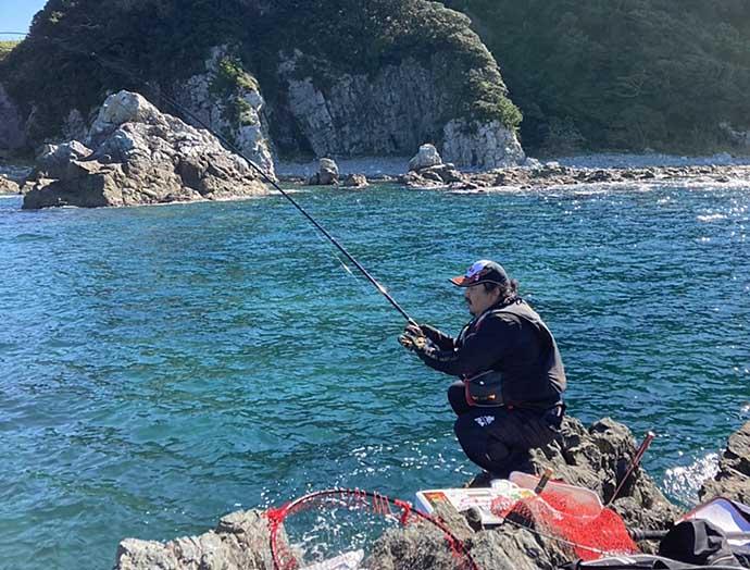 高実績の磯でフカセ釣り グレ21尾&シマアジ15尾手中【和歌山・袋】