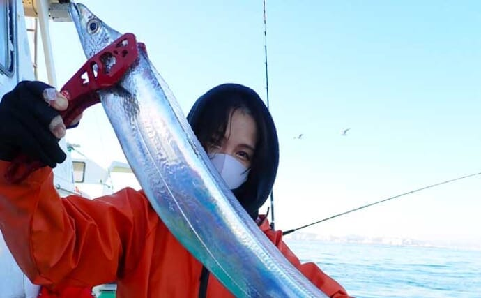 東京湾テンヤタチウオ良型乱舞 冬期は「誘いの変化」で攻略【鴨下丸】
