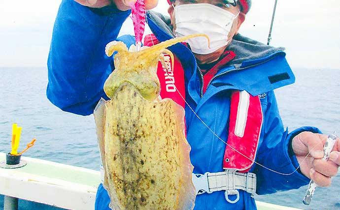 船からのエギングコウイカに初挑戦 釣趣と食味は病みつきに【忠栄丸】