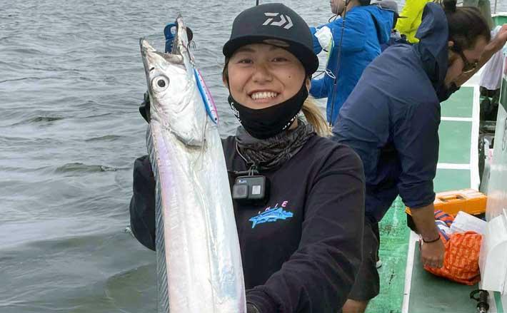 東京湾沖のルアー五目釣り 良型サワラにタチウオキャッチに笑顔